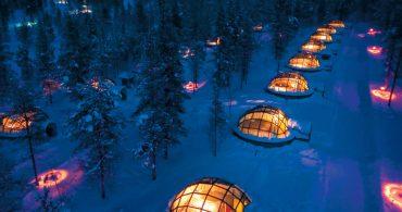 オーロラの下で眠りにつくドーム型ガラスイグルー