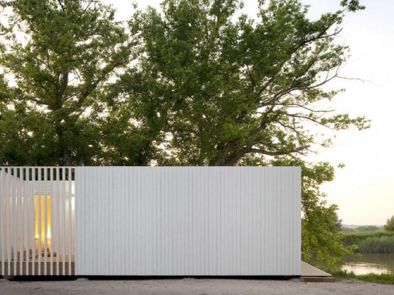 水辺に建つ木造のモジュールハウス「Treehouse Riga」