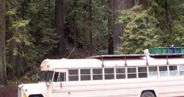 レトロなスクールバスをお洒落な自宅に変身!