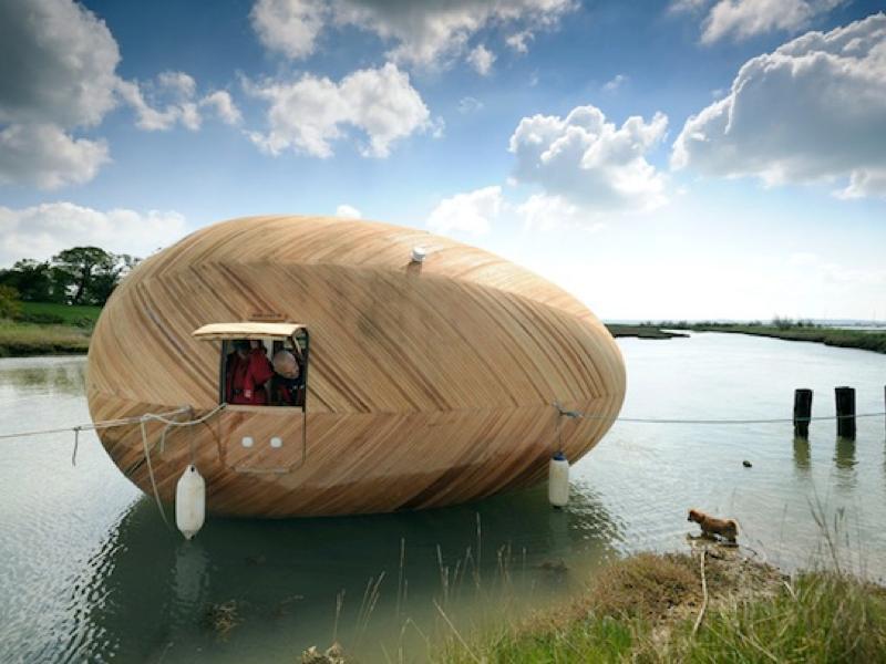水に浮かぶモバイルハウス「EXBURY EGG SHELTER」