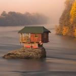 え?川の上!? 好奇心のままに家を建てよう「SERBIA RIVER HOUSE」