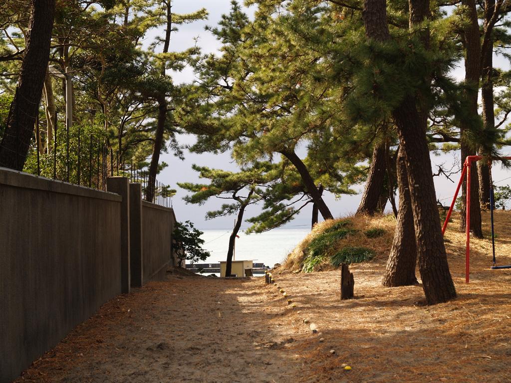 葉山御用邸の脇から抜ける海への道