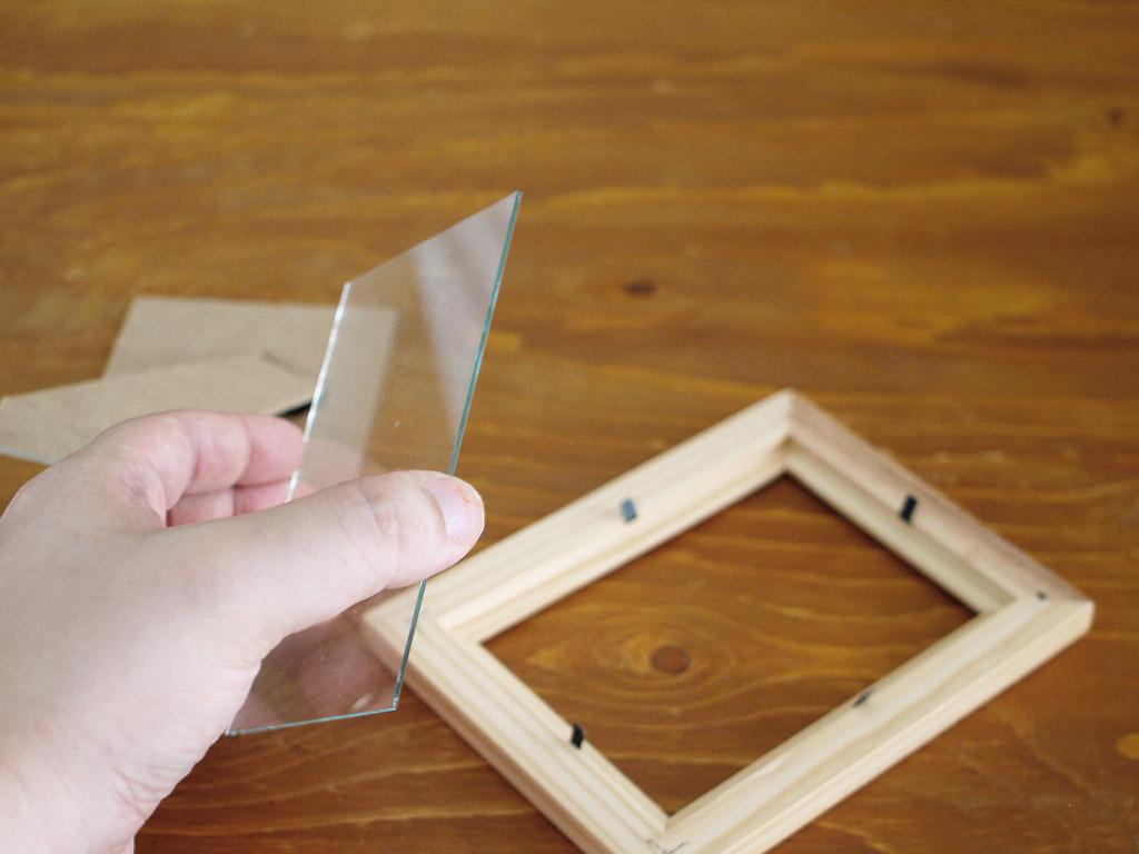 フォトフレームからガラスを外す。