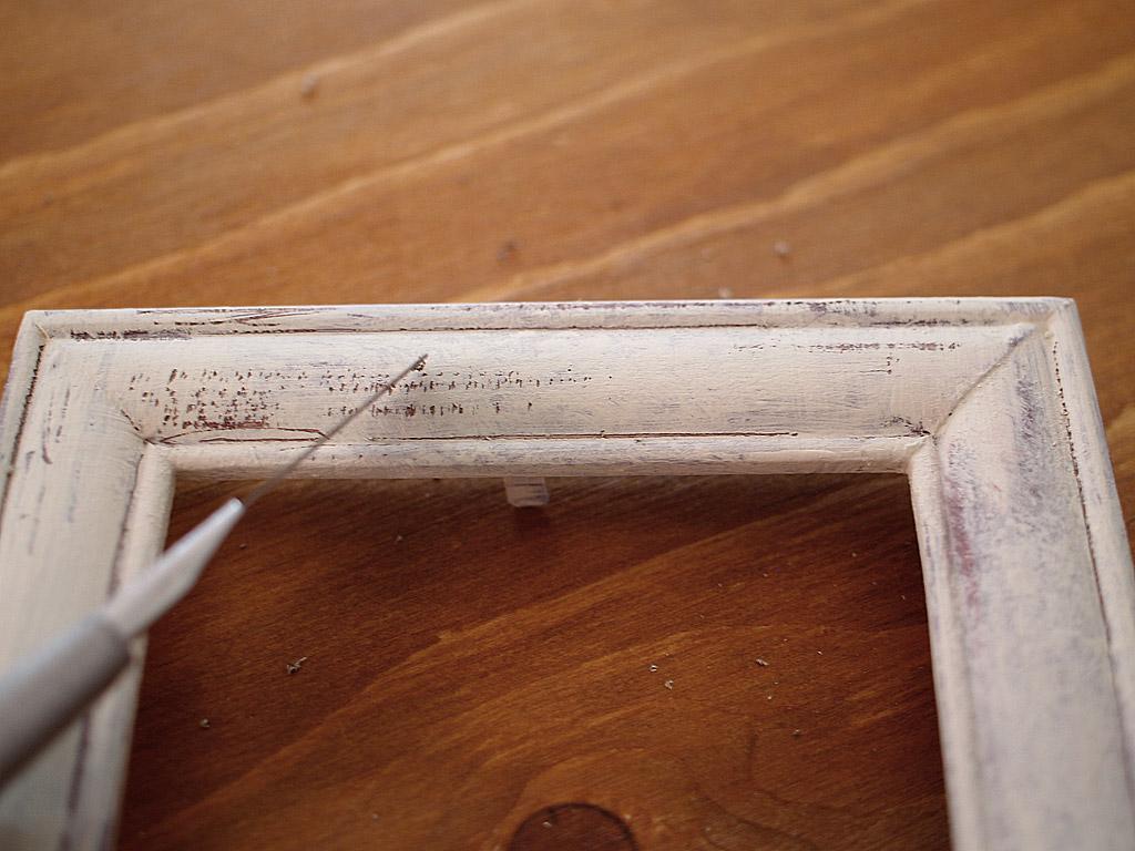 カッターの先や腹で塗料を削る。