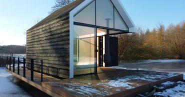 リビングを開くと湖!オランダの湖上に建てられた夏の家「Recreational Island House」