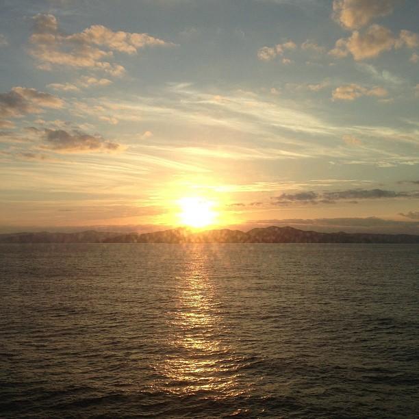 視界の全てが輝きで埋め尽くされる加計呂麻島の夕日。