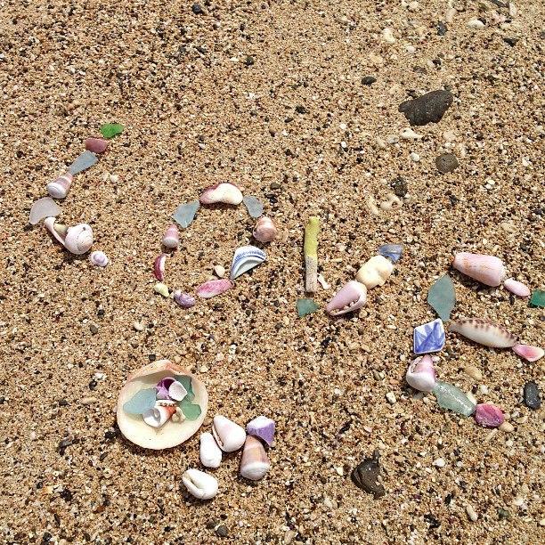 徳浜のビーチに落ちていたシーグラスや貝殻、子どものように遊んでいます。