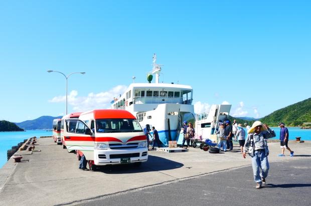 フリーWi-Fiがある生間港。フェリーの発着時刻にはバスや人々で賑わいます。