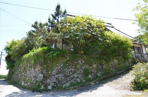 棚田を見下ろす眺望のいい高台にあり、石垣が美しい物件。