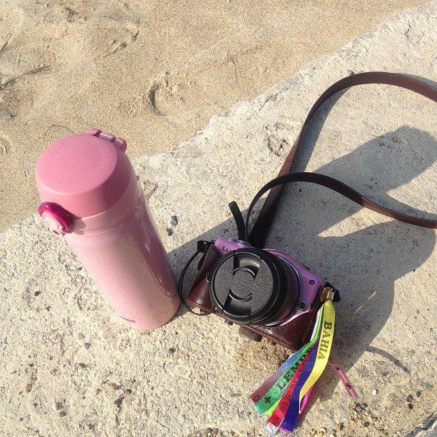 島での愛用品。自販機がない集落もあるのでTHERMOSの水筒と友人のアクセサリーデザイナーが作ってくれたストラップ付きミラーレス一眼。