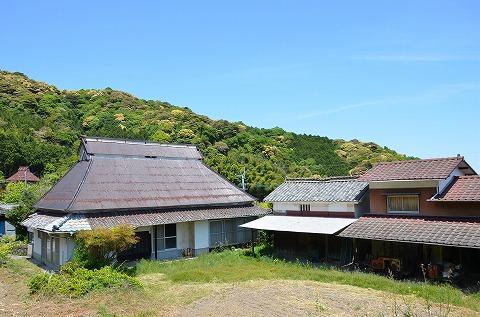今回のリノベーションの舞台となる築100年の古民家。土蔵と納屋もあります。