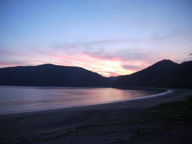 溶けるように甘い色味の夕焼けと向かいの島々の稜線は何百年も前から変わらない景色です。
