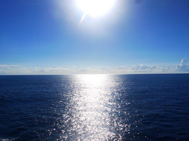フェリーから眺めた太陽と光る水面。ほかではなかなかお目にかかれない景色です。