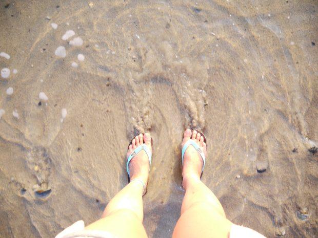 いつでも海に入れるように、靴は大抵ビーチサンダルです。