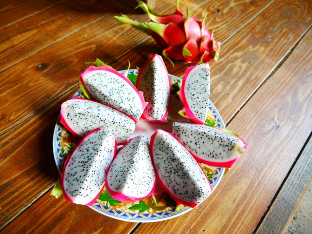 通りすがりにご近所の方のおうちにお邪魔することも。「食べてく?」と出して頂いた自家栽培のドラゴンフルーツ。