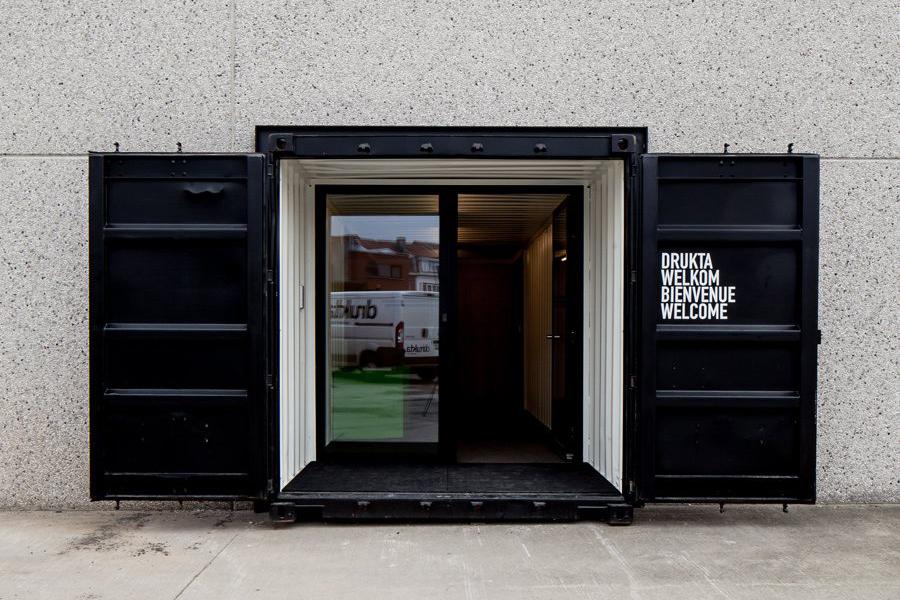 コンテナを使い4000㎡の倉庫をオフィスへとコンバージョン!「Container offices」