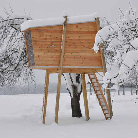 4本足で立つ美しいツリーハウス「ravnikar potokar」