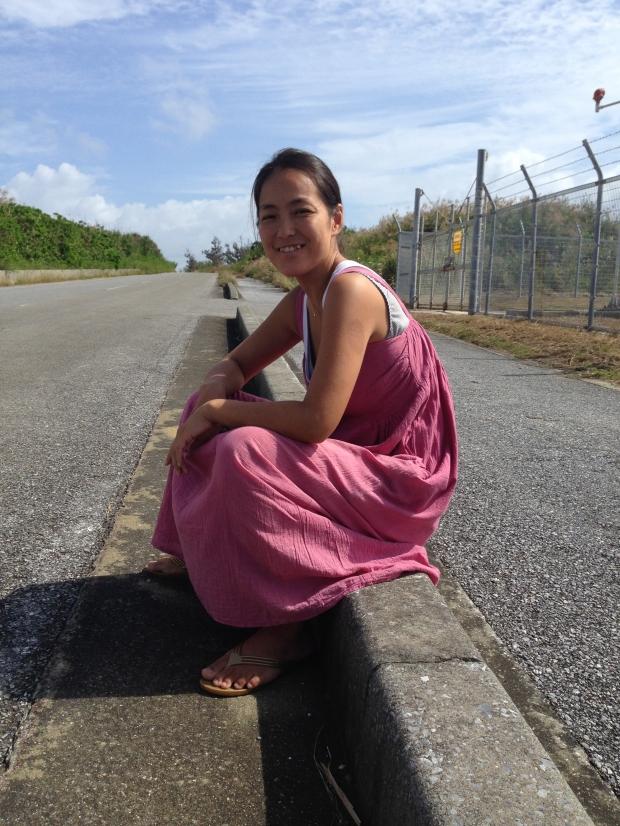 飛行機が通るのを待つ間、道端で空を眺めながら話した時の彼女。「10代の頃みたいだね」と言いながら。