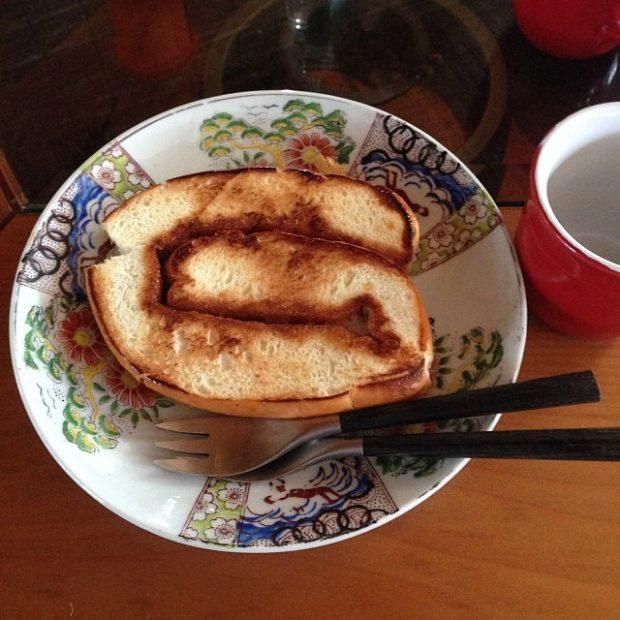豪華な朝ごはんのあとに、伊良部島名物のうずまきパンをトーストしたものまで出してくれる彼女。本当にお世話になりました。