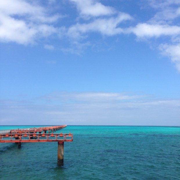 友人が住む伊良部島にはANAのタッチアンドゴーの練習場があり、青い海の上に滑走路が伸びています。