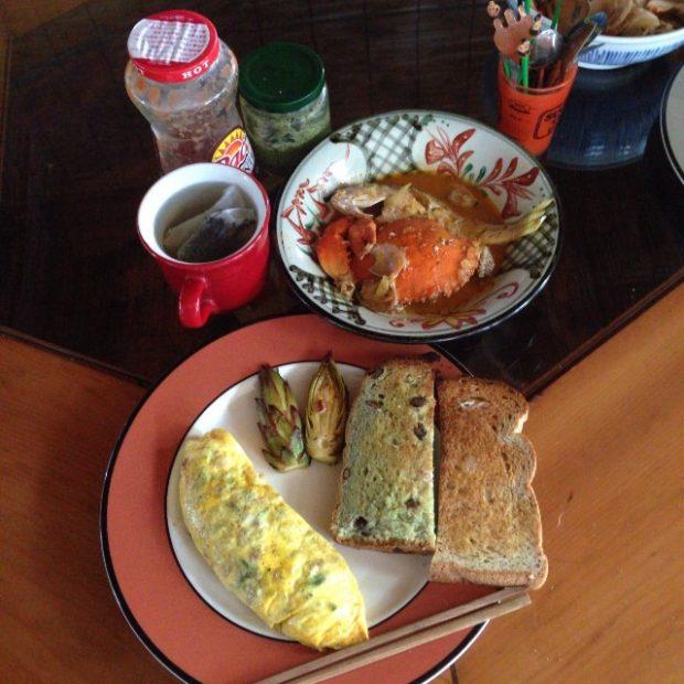 もてなし上手の彼女が作ってくれた朝ご飯。なんと朝からカニ入りのスープまで出てくるすごさ。