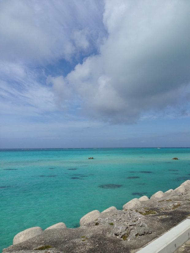 「今日はちょっと曇っているからいつもより綺麗じゃない」などと言いながら見せてくれた海。充分に伊良部ブルーです。