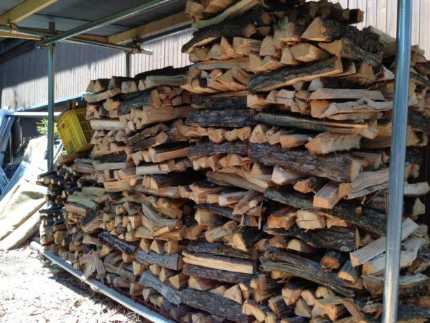 積み上げて乾燥中の薪。