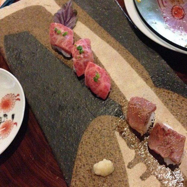 琉宮で食べた宮古牛の握り。シェフ手作りのイカスミ塩やウニ塩で頂きました。
