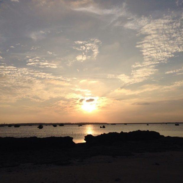 レストラン琉宮からほど近い佐和田の浜の夕日。