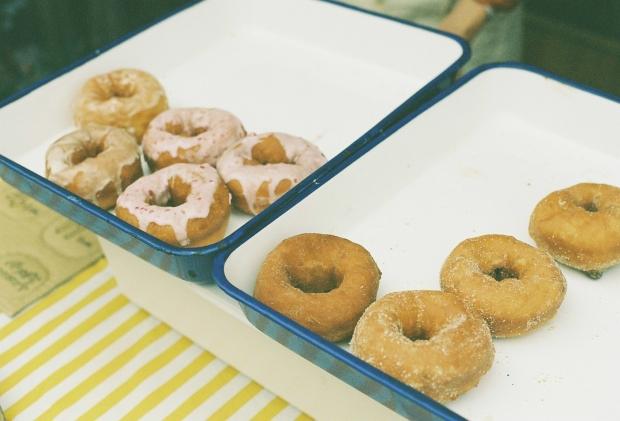 ドーナツを見つけて、いきなり腹ごしらえ。