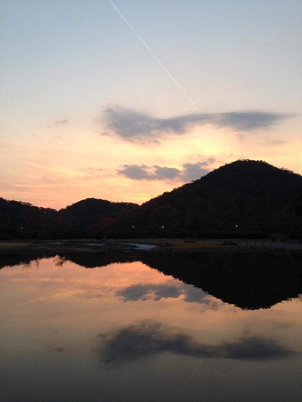 ダライ・ラマ法王、よしもとばななさんの講演のあとの夕日。 「人生は美しくできている」と思いました。