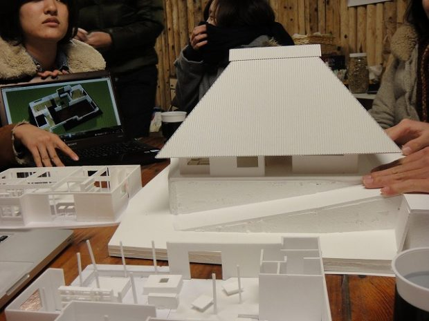 模型を作って、どんな物件を作るか議論を重ねる参加メンバー。