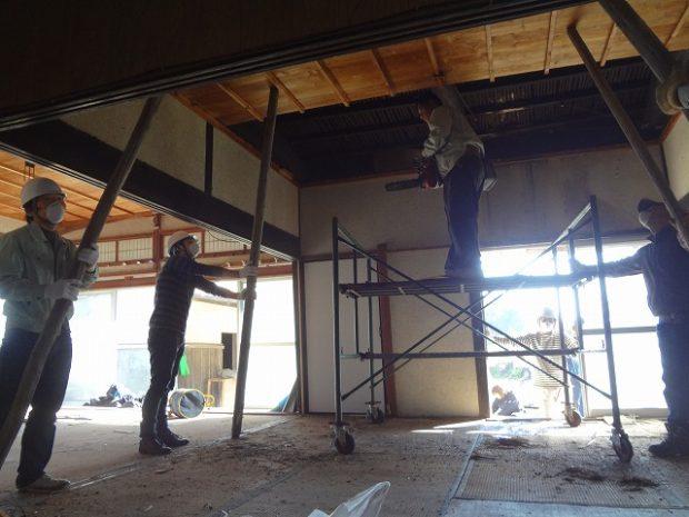 合板で張られた天井を開けたらそこには黒い竹の天井が。囲炉裏のススで真っ黒になった天井は古民家にしかないものです。