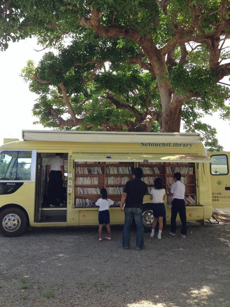 移動スーパーのほかには移動図書館も。私の本も置いてくださっている加計呂麻島がある瀬戸内町の図書館が、月に2回巡回してくれます。