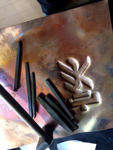 「鏨(たがね)」という鉄の棒を その形に合わせて何十種類使い分け、 裏面から打ち出していきます。