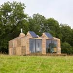 スコットランドの牧草地。 小草原の小さな家「Brockloch Bothy」