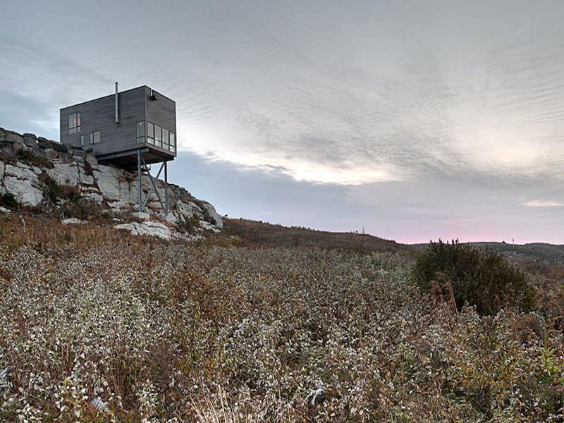 今にも落っこちそう?水平線を望む岸壁の家「CLIFF HOUSE」