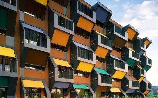 ブラインドの開閉が街の景色を変える?アートスケープ的アパートメント「HONEYCOMB APARTMENT」