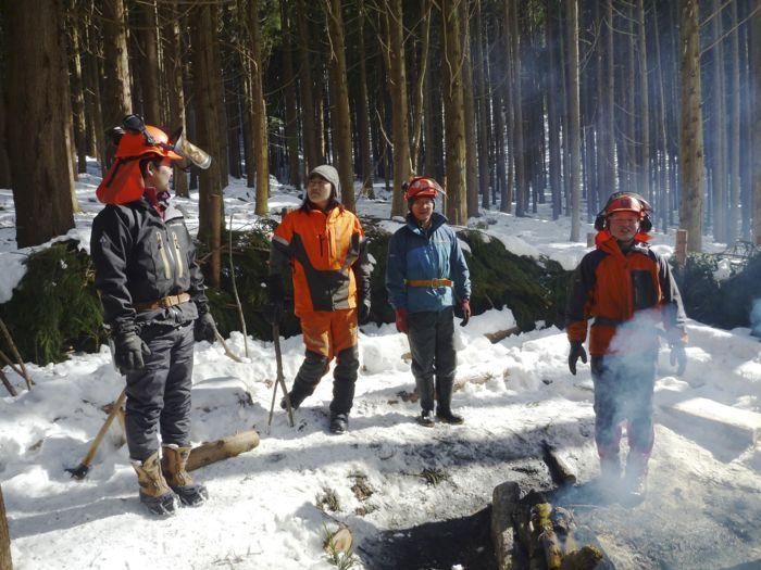 伐採作業は冬が基本。皆さん夏は麓で農業や牧場を営まれている。 左から菊地さん、伊勢崎さん、保坂さん、岩間さん。