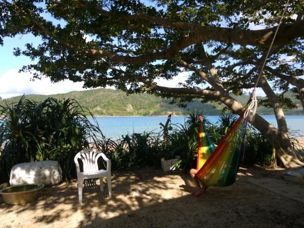 加計呂麻島、伊子茂集落にある民宿5マイルのハンモック。虹色が青い空と海によく生える。