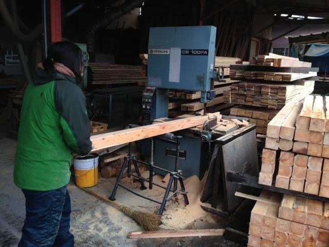 牧場の柵は馬搬で搬出した材を、地元の製材所のご協力を得て自分達で製材・整備。