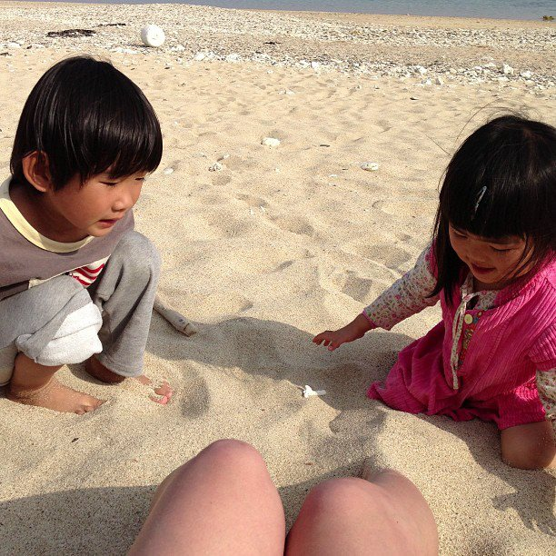海遊びをしたあとに私に足を乾いた砂に埋めて温めてくれる二人。