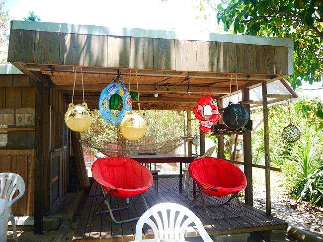 浜辺にある無料休憩所には子ども用の浮き輪も置いてあります。