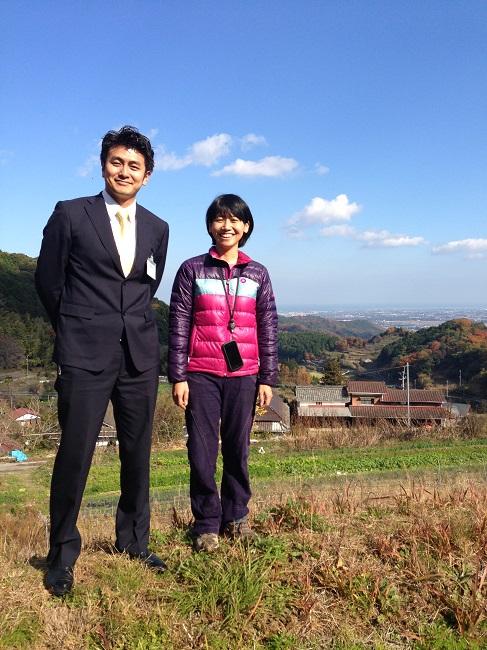 このサロンで出迎えてくれるのは上毛町地域おこし協力隊の西塔元海さん(左)とその奥様ともみさん。