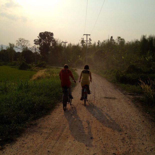 休日は、自転車で村へ
