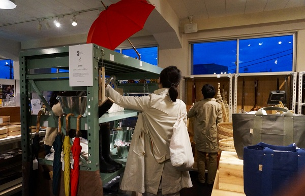「d SCHOOL」のレクチャーが終わった後、松野屋さんの商品が特集された「NIPPON VISION GALLERY」の売り場で商品を手に取る参加者。松野さんと熱心にお話しする方も。