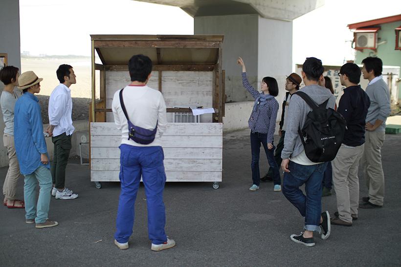 建築家 渡辺さんより今日の作業の説明を受けるメンバーたち。