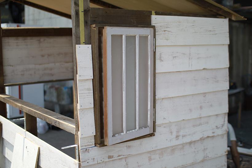 大磯の古民家を解体したときに出たという建具。良い雰囲気の窓になりました。
