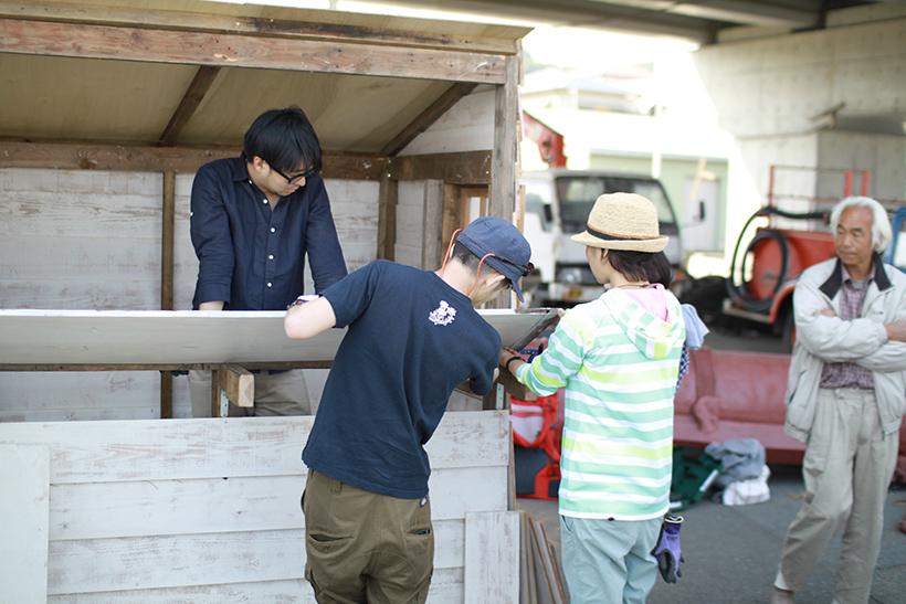 小屋部発起人であり部長の唐品さん(左)「パパ、今日もいい小屋作ってるよ!」