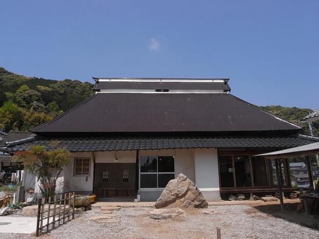 屋根を吹替え、サッシ窓を木枠にし、草ぼうぼうだった庭も整え、壁は漆喰で補修しました。